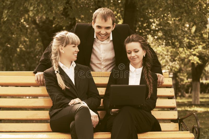Młodzi ludzie biznesu używa laptop w miasto parku fotografia royalty free