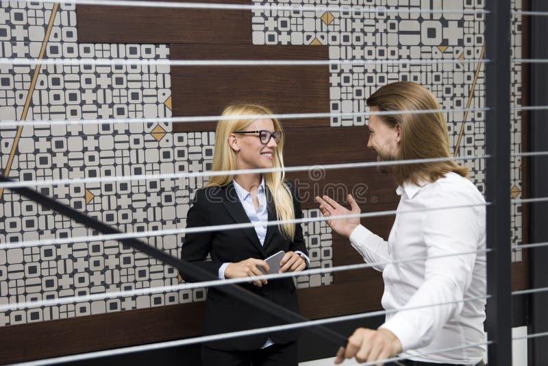 Młodzi ludzie biznesu wspinaczkowych up schodków w nowożytnym biurze zdjęcie royalty free