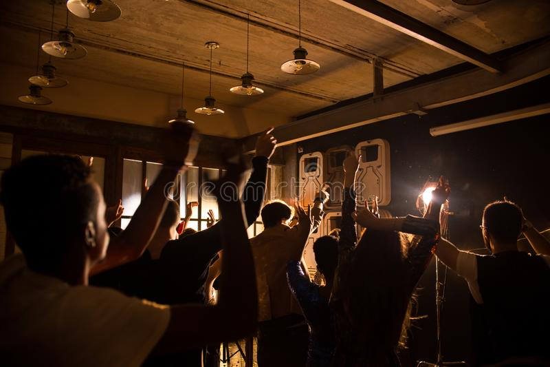 Młodzi Ludzie Cieszy się przyjęcia w klubie obrazy stock