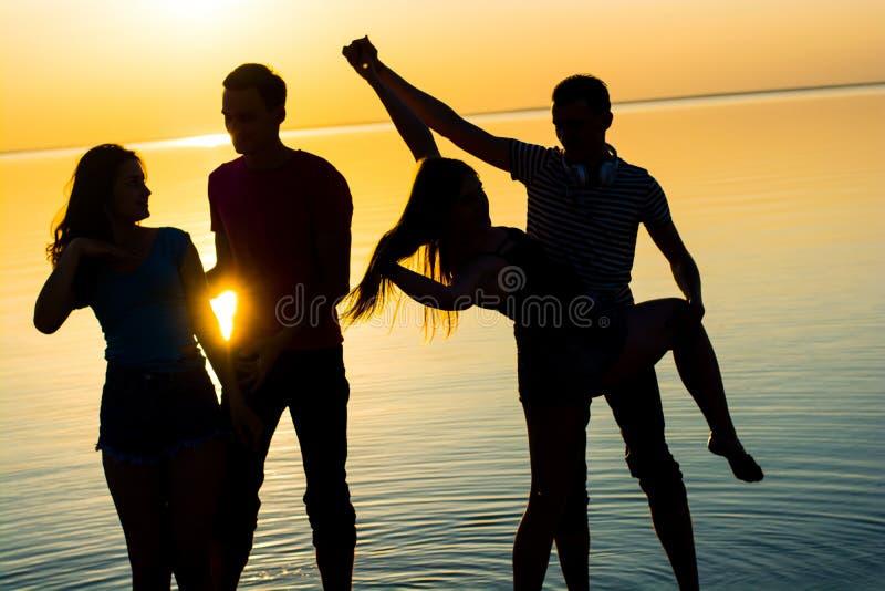 Młodzi ludzie, faceci i dziewczyny, ucznie tanczą pary przy su zdjęcia royalty free
