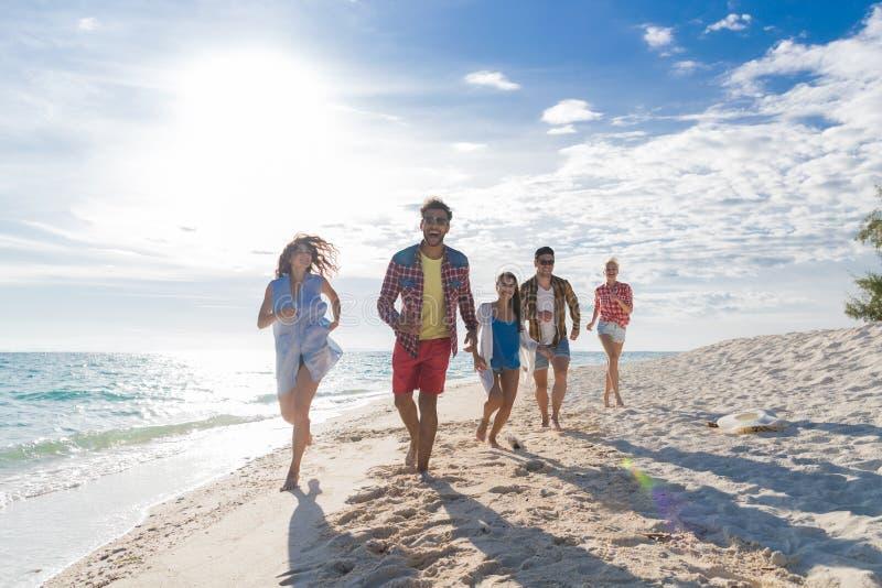 Młodzi Ludzie Grupują Na Plażowym wakacje, Szczęśliwi Uśmiechnięci przyjaciele Chodzi nadmorski obraz stock