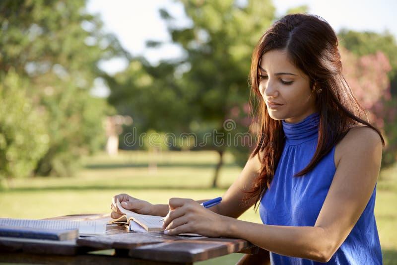 Młodzi ludzie i edukacja, dziewczyny studiowanie dla uniwersyteta testa obrazy stock