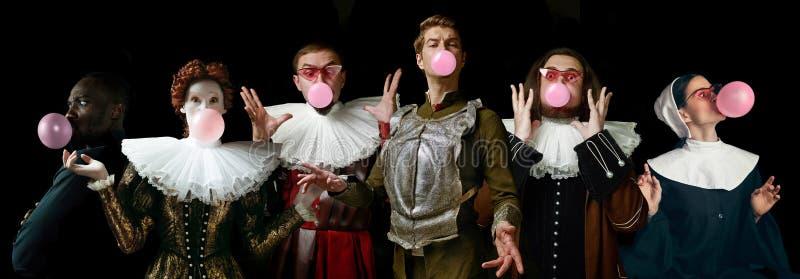 Młodzi ludzie jako średniowieczni rycerze lub grandowie na ciemnym tle zdjęcie stock