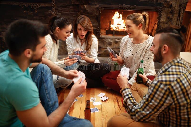 Młodzi ludzie karta do gry na zima wakacje zdjęcie stock