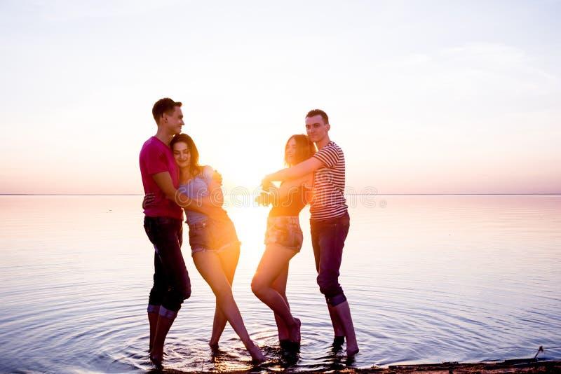 Młodzi ludzie, mężczyzna i kobiety, ucznie są uściskiem przed a zdjęcia royalty free