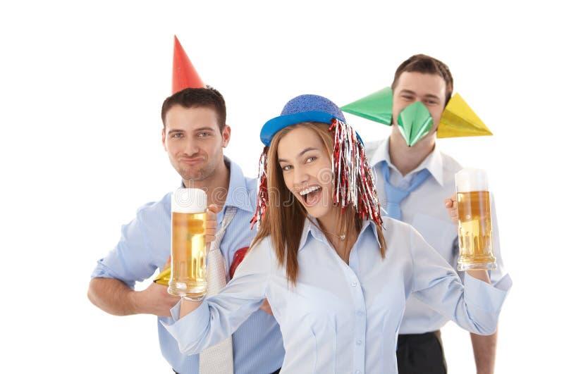 Młodzi ludzie ma przyjęcia w biurowy śmiać się zdjęcie royalty free