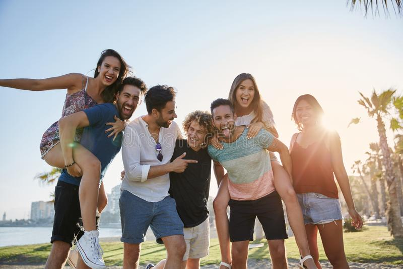 Młodzi ludzie ma zabawę wpólnie outside obraz royalty free