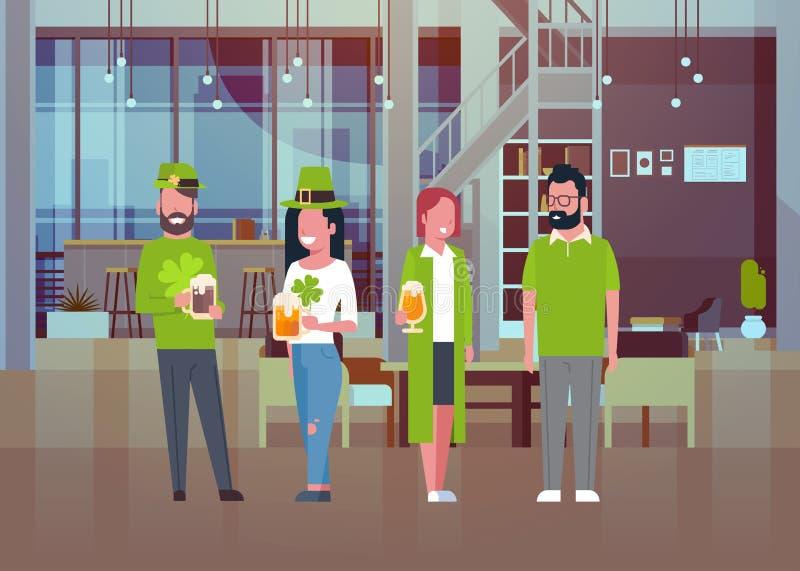 Młodzi Ludzie Na St Patricks dnia przyjęcia odświętności Są ubranym Tradycyjnych Zielonych kostiumy I Pić piwo ilustracji