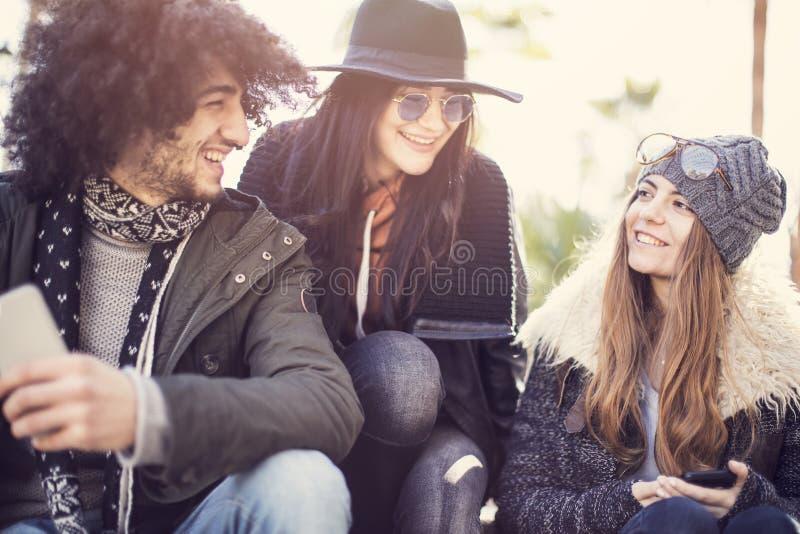 Młodzi ludzie outside ma zabawę zdjęcia royalty free