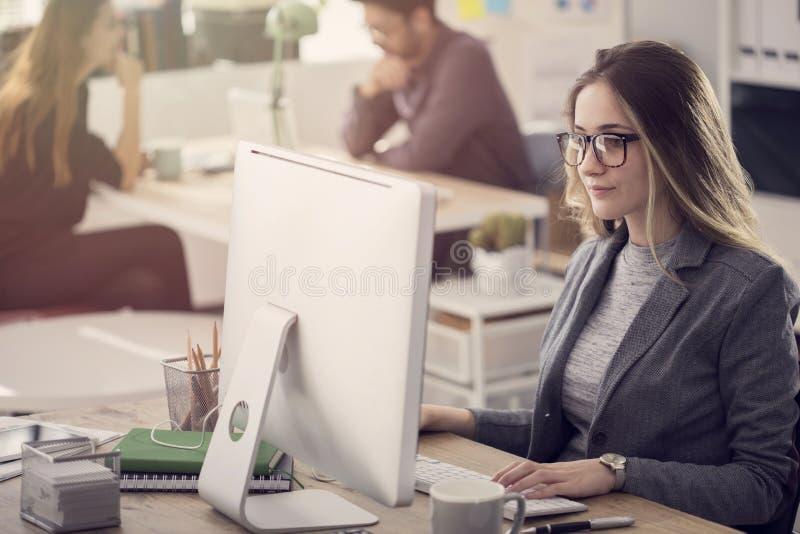Młodzi ludzie prac w biurze zdjęcie stock