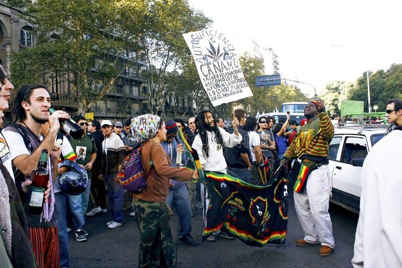 Młodzi ludzie protestuje w ulicach dla legalizacji marihuana obrazy stock
