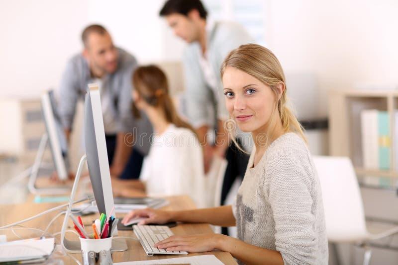 Młodzi ludzie przy biurowym działaniem obrazy stock