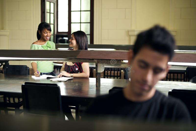 Młodzi ludzie przy szkołą zdjęcia stock