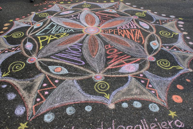 Młodzi ludzie rysuje mandala dla miłości i pokoju w ulicach Caracas podczas Wenezuela zaciemnienia obraz stock