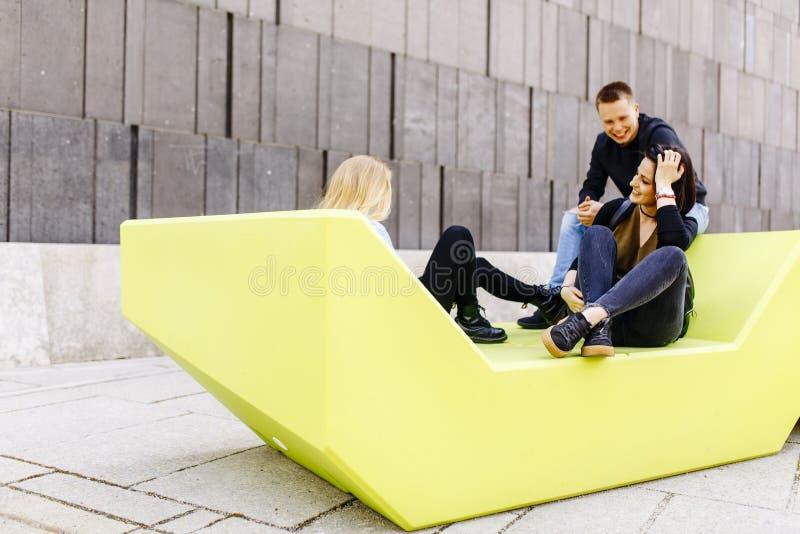 Młodzi ludzie siedzi na ławce w Wiedeń, Austria obraz royalty free