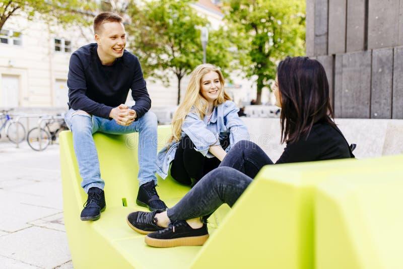 Młodzi ludzie siedzi na holów siedzeniach w Wiedeń zdjęcia royalty free