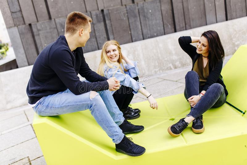 Młodzi ludzie siedzi na holów siedzeniach w Wiedeń fotografia stock