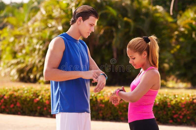 Młodzi Ludzie sportów Trenuje sprawności fizycznej Fitwatch kroków kontuar fotografia royalty free