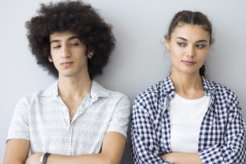 Młodzi ludzie stoi obok each inny z nikczemnymi twarzami zdjęcia royalty free