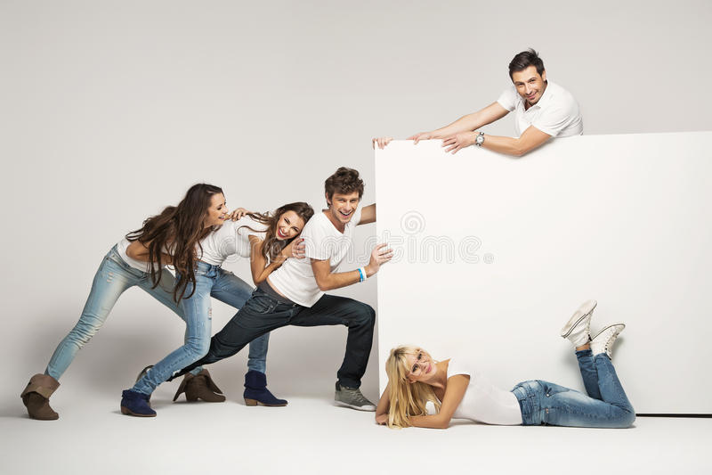 Młodzi ludzie target180_1_ biały deskę zdjęcie royalty free