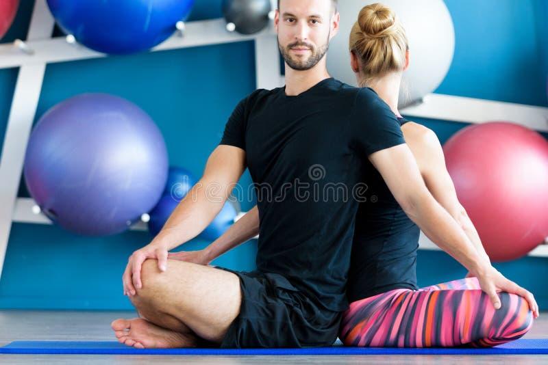 Młodzi ludzie w joga klasie Joga grupa zdjęcie stock