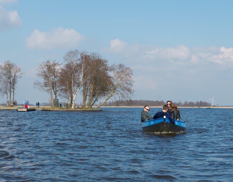 Młodzi ludzie w małej łódce fotografia royalty free
