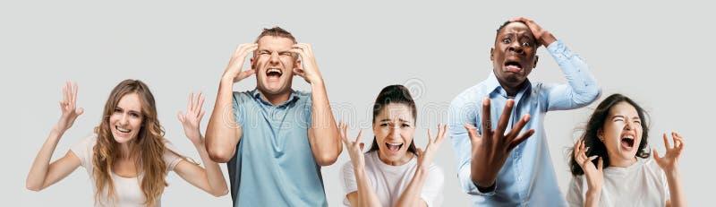 Młodzi ludzie w stresie odizolowywającym na białym pracownianym tle zdjęcie royalty free