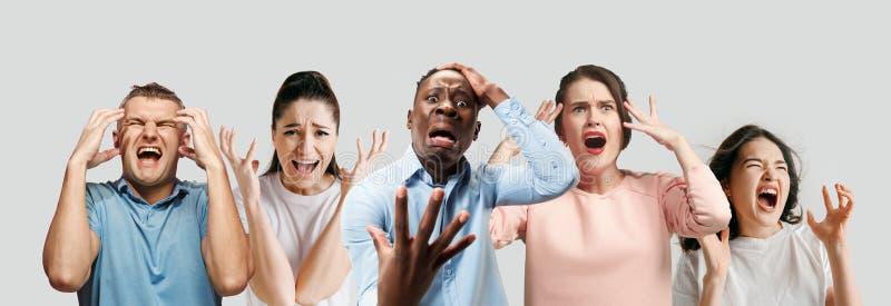 Młodzi ludzie w stresie odizolowywającym na białym pracownianym tle fotografia stock