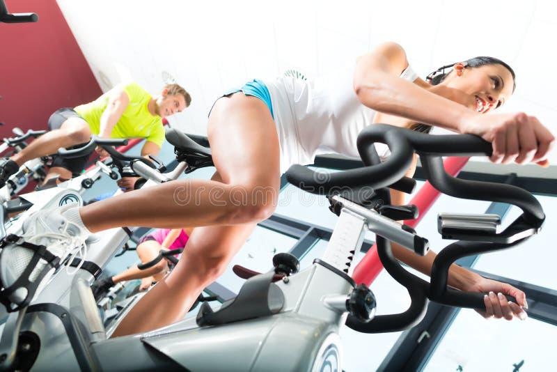 Młodzi Ludzie Wiruje w sprawności fizycznej gym obrazy stock