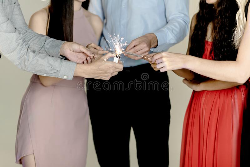 Młodzi ludzie zabawę przy xmas, nowego roku przyjęcie obraz stock