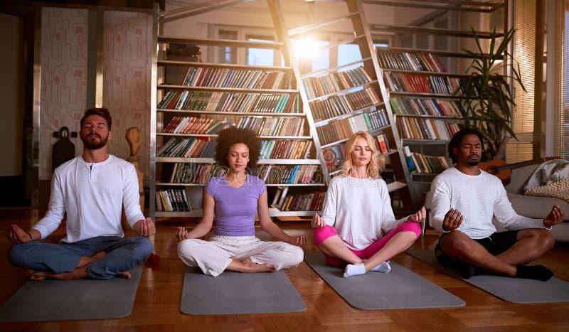 Młodzi medytują razem zdjęcie royalty free