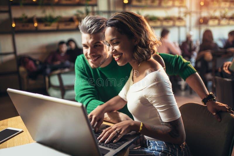 Młodzi międzyrasowi kochankowie wydaje czas w kawiarni obraz royalty free