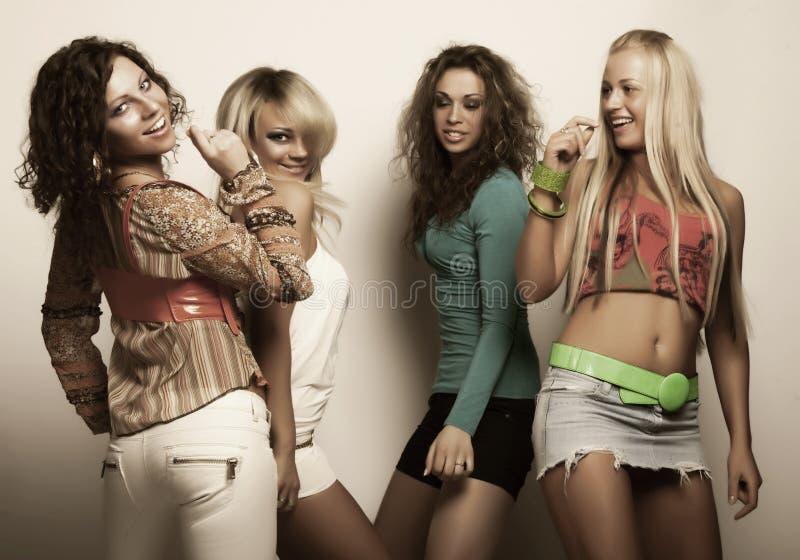 Młodzi moda modele w kolorowej sukni zdjęcia royalty free