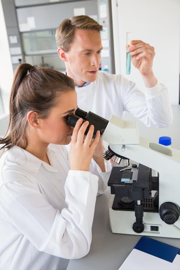 Młodzi naukowowie pracuje wraz z próbną tubką obrazy royalty free