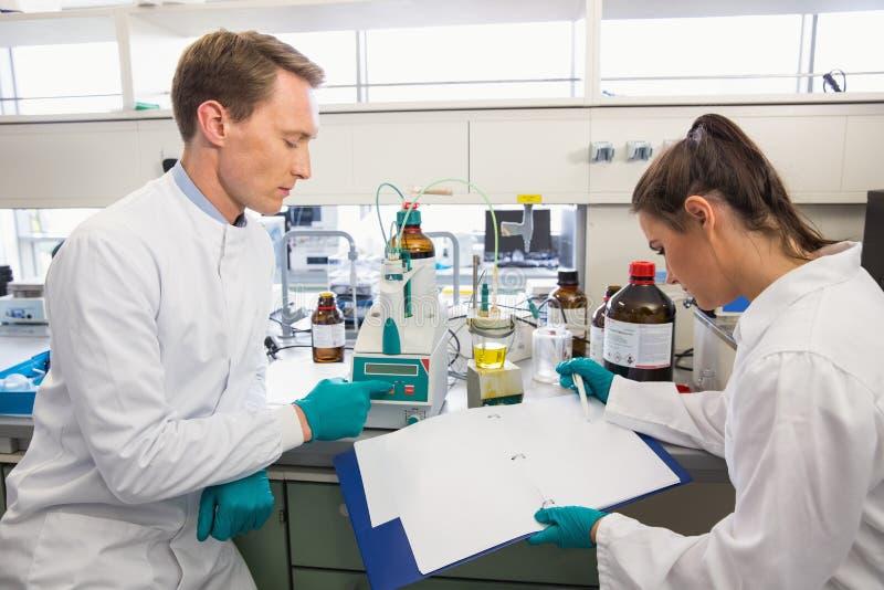 Młodzi naukowowie prowadzi eksperyment wpólnie zdjęcie royalty free