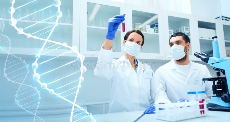 Młodzi naukowowie robi testowi lub badaniu w lab obrazy stock