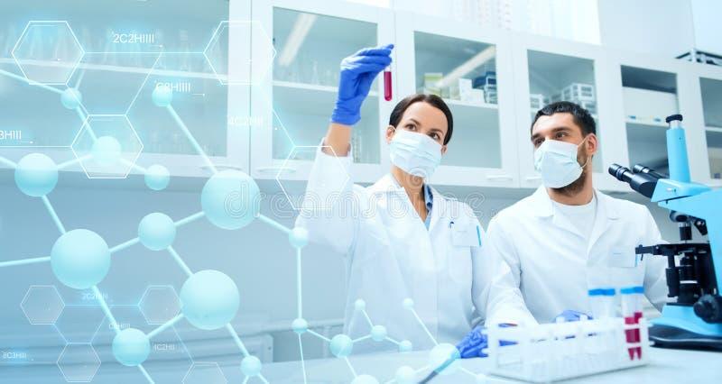 Młodzi naukowowie robi testowi lub badaniu w lab obraz royalty free