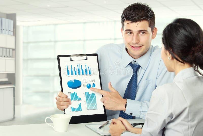 Młodzi partnery biznesowi przegląda pracę zdjęcie royalty free