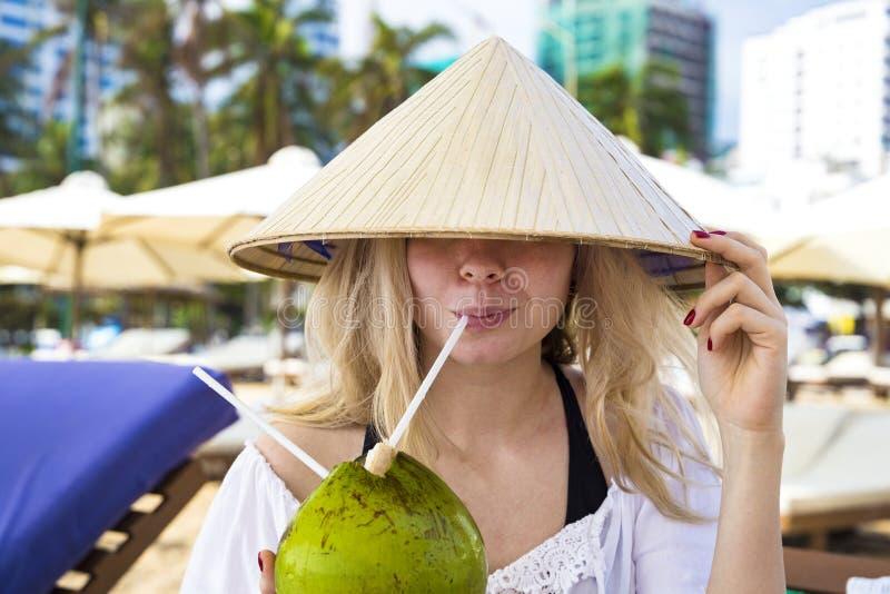 Młodzi piękni dziewczyna napoje od koksu fotografia stock