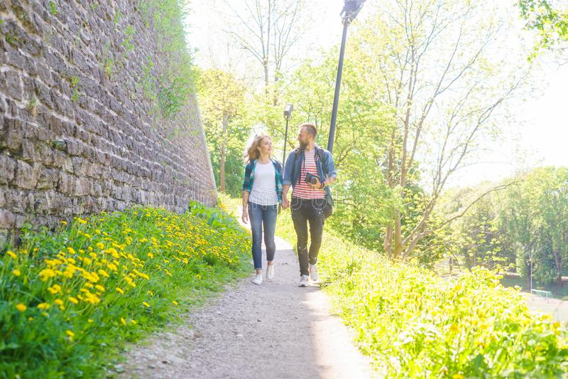 Młodzi podróżnicy chodzi w parku Mężczyzna i kobieta ma wakacje Backpackers, podróżować i turystyka, obraz stock