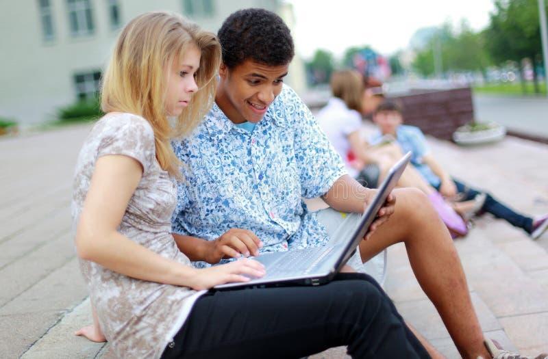 młodzi prążkowani ucznie zdjęcie stock
