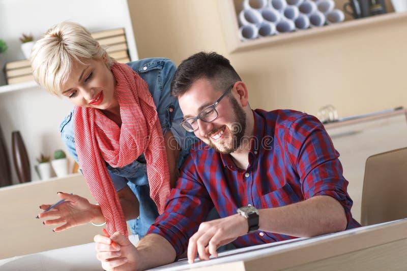 Młodzi projektanci pracuje na nowym projekcie w biurze zdjęcia royalty free