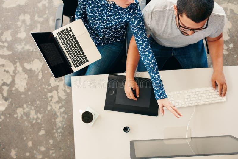 Młodzi projektant grafik komputerowych coworking w biurze obrazy royalty free