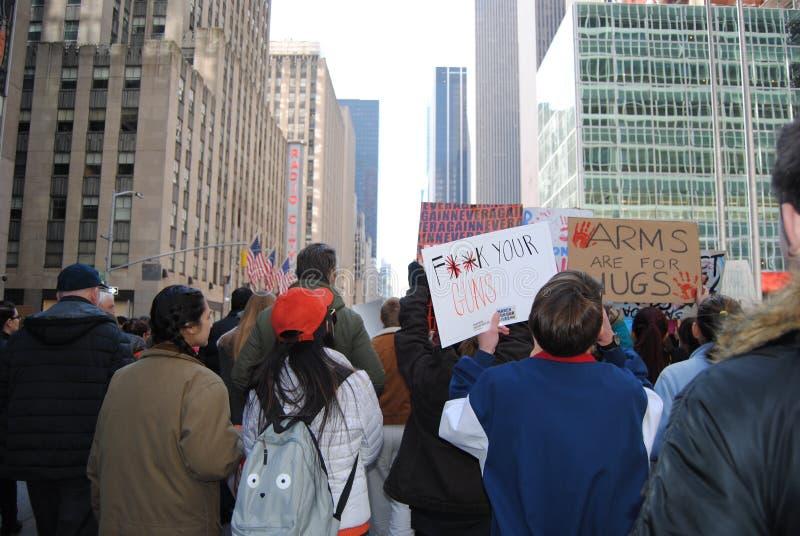 Młodzi protestujący, Marzec dla Nasz żyć, napad z bronią w ręku, kontrola broni palnej, NYC, NY, usa obrazy royalty free