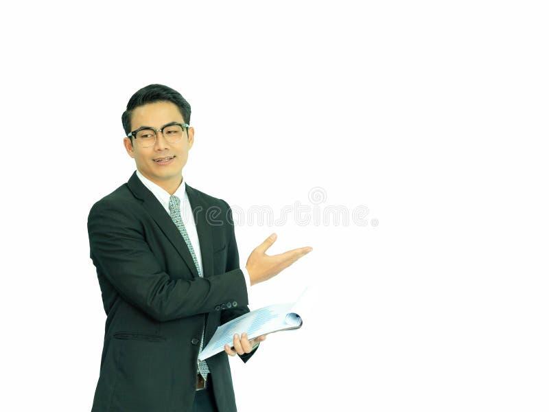 Młodzi przedsiębiorcy azjatyccy prezentują informacje o statystykach przedsiębiorstw do wykorzystania w konkurencji biznesowej obrazy stock