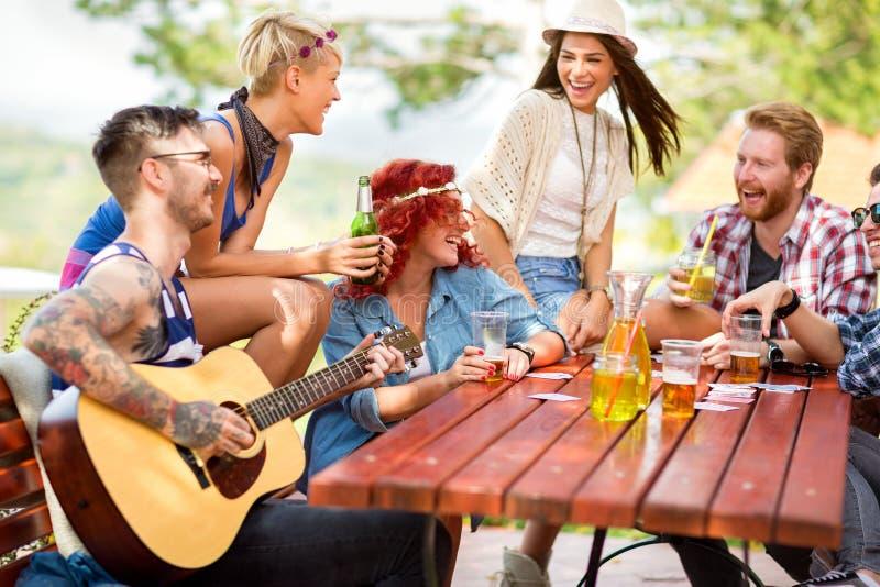 Młodzi przyjaciele cieszy się wpólnie w naturze zdjęcie royalty free