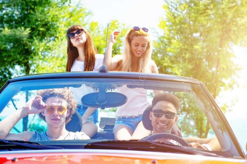 Młodzi przyjaciele gotowi podróżować samochodem obraz royalty free