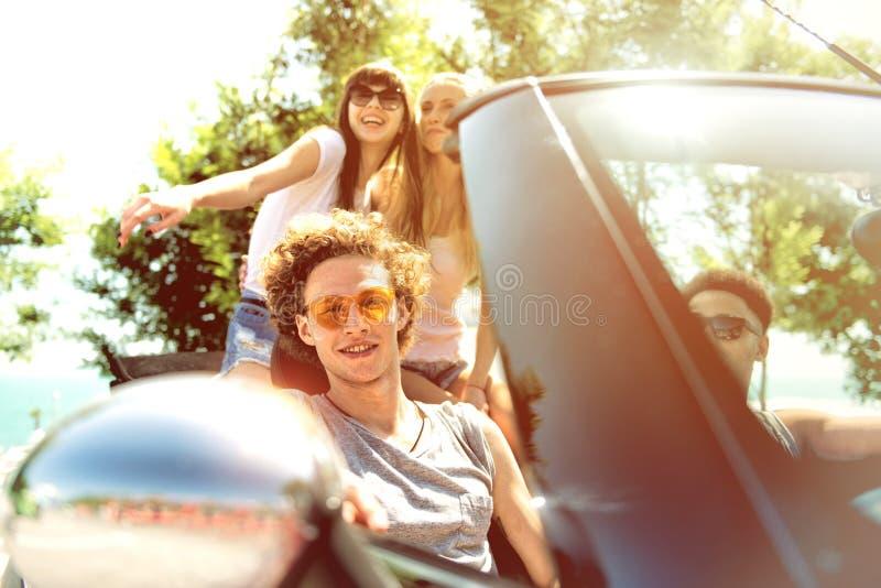 Młodzi przyjaciele gotowi podróżować samochodem zdjęcia stock