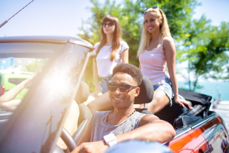 Młodzi przyjaciele gotowi podróżować samochodem zdjęcie royalty free