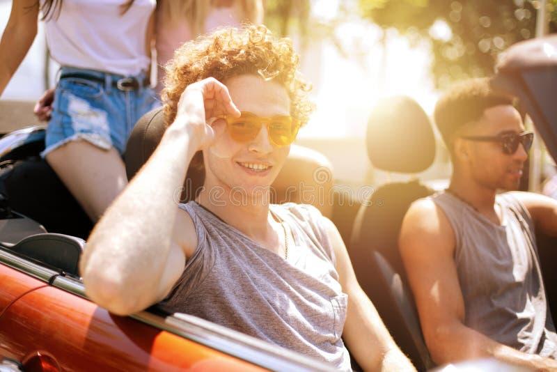 Młodzi przyjaciele gotowi podróżować samochodem zdjęcia royalty free